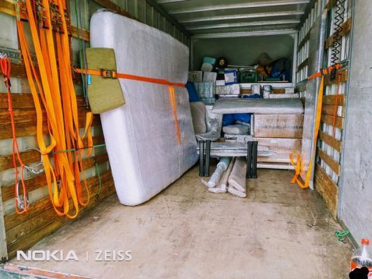 załadowany samochód dostawczy -  transport mebli 1